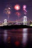 Fuegos artificiales que celebran sobre el puente en la noche, Japón del arco iris de Tokio Imagen de archivo libre de regalías