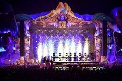Fuegos artificiales que encienden en el frente de la muchedumbre en un concierto vivo Fotografía de archivo libre de regalías