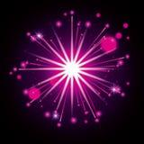 Fuegos artificiales que estallan en la forma de la estrella con los flashes magentas radiantees en fondo negro Foto de archivo