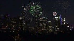 Fuegos artificiales que estallan sobre Los Angeles c?ntrico en la noche almacen de video