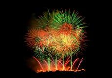 Fuegos artificiales que se encienden encima del cielo Imagen de archivo