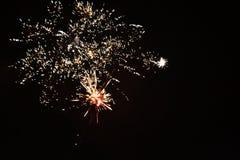 Fuegos artificiales reales del ` un s del Año Nuevo Imagenes de archivo