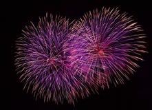 Fuegos artificiales rojos aislados en cierre oscuro del fondo para arriba con el lugar para el texto, festival de los fuegos arti Imagen de archivo