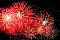 Fuegos artificiales rojos asombrosos y dispersión de chispas azules Imágenes de archivo libres de regalías