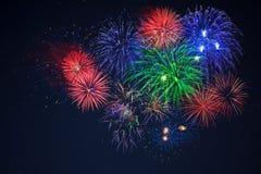 Fuegos artificiales rojos del verde azul sobre el cielo estrellado Foto de archivo