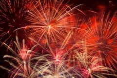 Fuegos artificiales rojos en el cielo nocturno Imagen de archivo libre de regalías