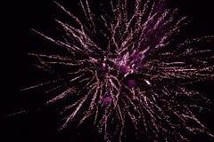 Fuegos artificiales rojos en el cielo nocturno, saludo fotos de archivo libres de regalías
