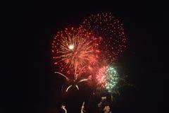 Fuegos artificiales rojos en la noche oscura Fotos de archivo libres de regalías