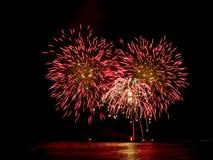 Fuegos artificiales rojos que reflejan en el agua del ` s pi de Forte dei Marmi Fotos de archivo libres de regalías