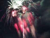 Fuegos artificiales rojos y blancos del 4 de julio Fotos de archivo libres de regalías