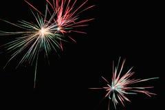 Fuegos artificiales rojos y verdes en el ` s Eve del Año Nuevo Imagen de archivo libre de regalías