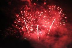 Fuegos artificiales saludo Extravagancia que sorprende del fondo del cielo de luces chispeantes rojas en el cielo nocturno durant fotografía de archivo