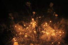 Fuegos artificiales saludo Guirnalda fantástica del fondo del cielo de luces chispeantes anaranjadas en el cielo nocturno durante imagen de archivo libre de regalías