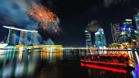 Fuegos artificiales sobre bahía del puerto deportivo Imagen de archivo libre de regalías