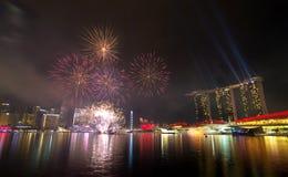Fuegos artificiales sobre bahía del puerto deportivo Fotos de archivo