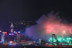 Fuegos artificiales sobre bahía en Hong-Kong Foto de archivo