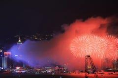 Fuegos artificiales sobre bahía en Hong-Kong Fotografía de archivo libre de regalías
