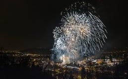 Fuegos artificiales sobre ciudad fotografía de archivo