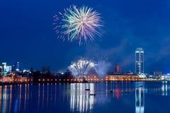 Fuegos artificiales sobre ciudad de la noche Imágenes de archivo libres de regalías