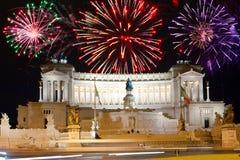 Fuegos artificiales sobre el monumento de Vittoriano.Italy.Rom? Imágenes de archivo libres de regalías
