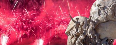 Fuegos artificiales sobre el monumento a los pa?ses de la coalici?n de anti-Hitler, partidario del callej?n en Victory Park en la imagenes de archivo