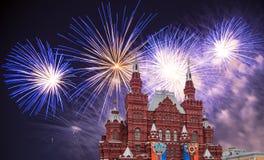 Fuegos artificiales sobre el museo histórico, Plaza Roja, Moscú, Rusia foto de archivo