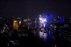 Fuegos artificiales sobre el ojo y Westminster de Londres Foto de archivo