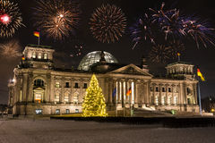 Fuegos artificiales sobre el Parlamento alemán en Berlín Imagen de archivo
