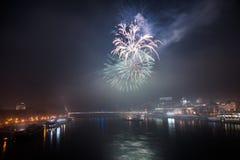 Fuegos artificiales sobre el río en la ciudad Imágenes de archivo libres de regalías