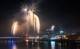 Fuegos artificiales sobre el río en la ciudad Foto de archivo libre de regalías