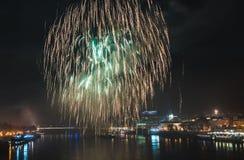 Fuegos artificiales sobre el río en la ciudad Fotos de archivo