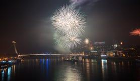 Fuegos artificiales sobre el río en la ciudad Foto de archivo