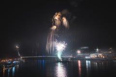 Fuegos artificiales sobre el río en la ciudad Fotos de archivo libres de regalías