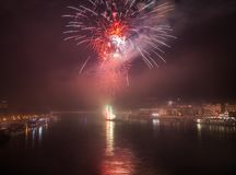 Fuegos artificiales sobre el río en la ciudad Imagen de archivo libre de regalías