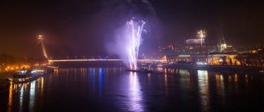 Fuegos artificiales sobre el río en la ciudad Imagenes de archivo