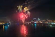 Fuegos artificiales sobre el río en la ciudad Fotografía de archivo libre de regalías