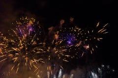 Fuegos artificiales sobre el río Vistula en Kraków foto de archivo libre de regalías