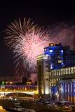 Fuegos artificiales sobre el teatro de variedad en Moscú Rusia Fotos de archivo libres de regalías