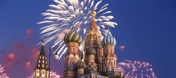 Fuegos artificiales sobre el templo de la catedral de la albahaca del santo de la albahaca la Plaza bendecida, Roja, Moscú, Rusia Foto de archivo