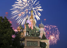 Fuegos artificiales sobre el templo de la catedral de la albahaca del santo de la albahaca la Plaza bendecida, Roja, Moscú, Rusia fotos de archivo