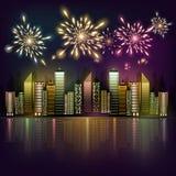Fuegos artificiales sobre la ciudad de la noche Foto de archivo libre de regalías