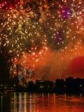 Fuegos artificiales sobre la colina de Wawel imagenes de archivo