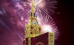 Fuegos artificiales sobre la decoración de los días de fiesta del Año Nuevo de la Navidad en Moscú en la noche, Rusia Imagen de archivo libre de regalías