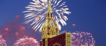 Fuegos artificiales sobre la decoración de los días de fiesta del Año Nuevo de la Navidad en Moscú en la noche, Rusia Fotografía de archivo