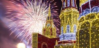 Fuegos artificiales sobre la decoración de los días de fiesta del Año Nuevo de la Navidad en Moscú en la noche, Rusia Foto de archivo libre de regalías