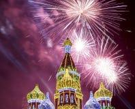 Fuegos artificiales sobre la decoración de los días de fiesta del Año Nuevo de la Navidad en Moscú en la noche, Rusia Fotos de archivo
