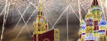 Fuegos artificiales sobre la decoración de los días de fiesta del Año Nuevo de la Navidad en Moscú en la noche, Rusia Fotos de archivo libres de regalías