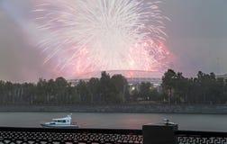Fuegos artificiales sobre la Moscú cerca de la arena deportiva grande Imagen de archivo libre de regalías