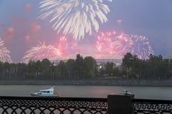 Fuegos artificiales sobre la Moscú cerca de la arena deportiva grande Fotografía de archivo libre de regalías