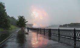 Fuegos artificiales sobre la Moscú cerca de la arena deportiva grande Fotografía de archivo